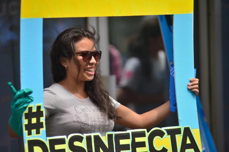 """Los jóvenes buscan que las personas se """"desinfecten"""" y emitan un voto responsable. (Foto: Jesús Alfonso/Soy502)"""