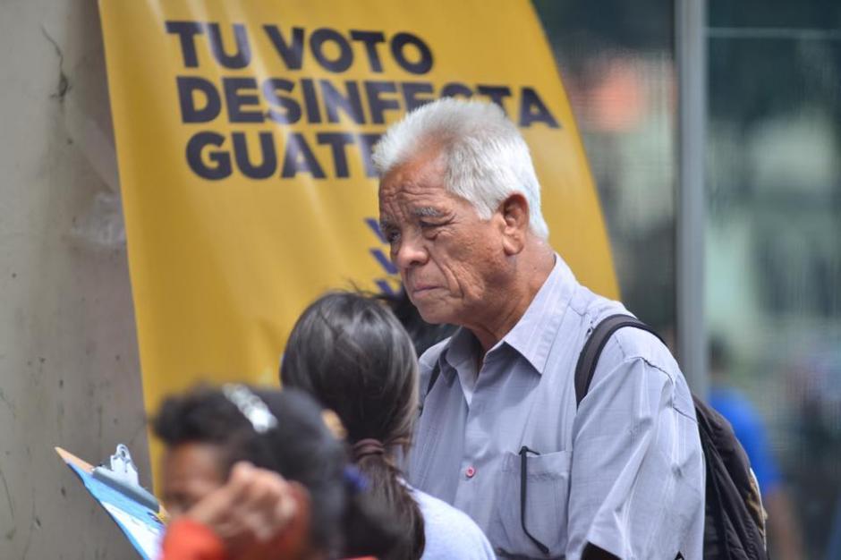 Varias personas se acercaron para recibir información sobre la campaña. (Foto: Jesús Alfonso/Soy502)