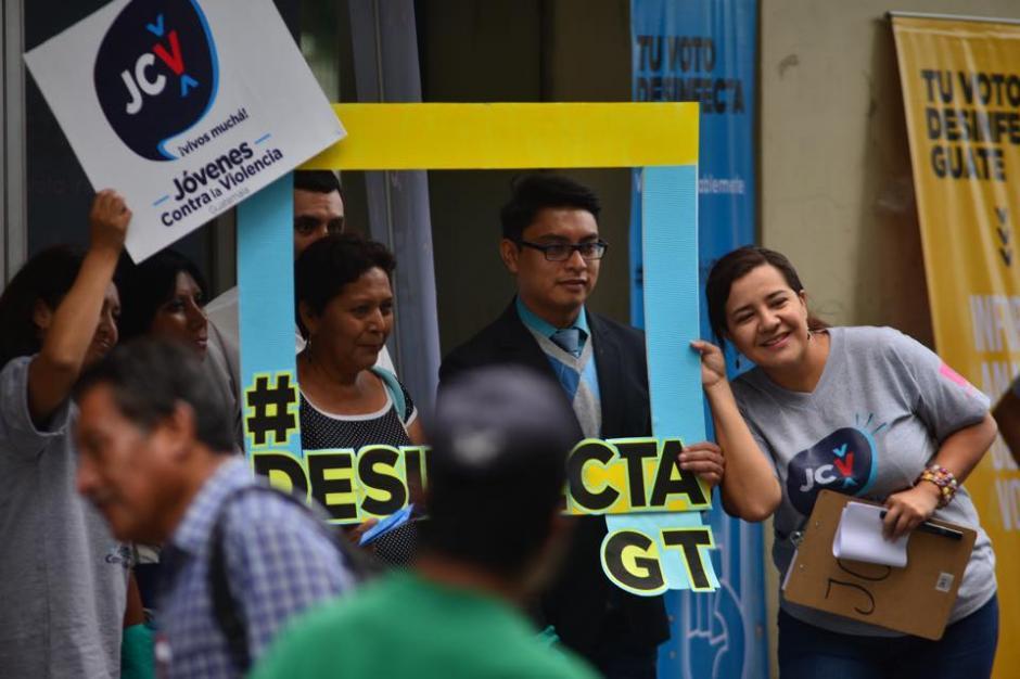 Las fotografías no faltaron en la campaña que busca emitir el voto responsable. (Foto: Jesús Alfonso/Soy502)