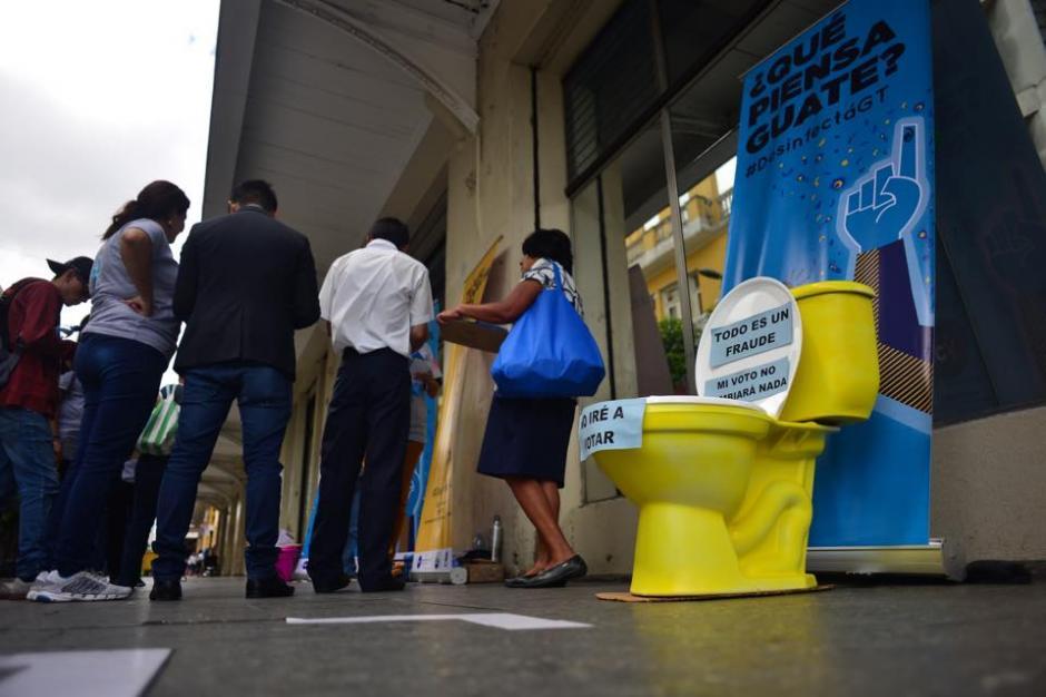 La campaña de Jóvenes contra la Violencia utiliza un inodoro para desinfectarnos y realizar un voto efectivo. (Foto: Jesús Alfonso/Soy502)