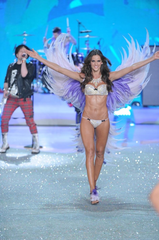 La modelo Izabel Goulart posó con unas alas color púrpura. (Foto: CBS)