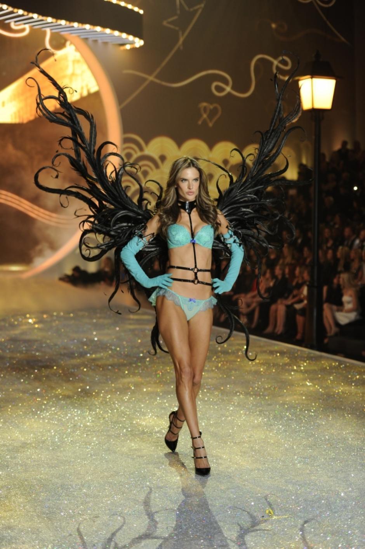La reconocida modeloAlessandra Ambrosio mostró las alas color negro dando al desfile un momento más sensual. (Foto: CBS)
