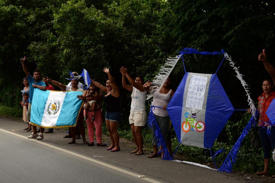 Los tradicionales barriletes salieron al paso de los ciclistas. (Foto: Diego Galiano/Nuestro Diario)
