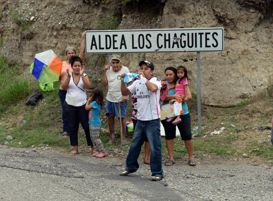 Vecinos de la aldea Los Chaguites salieron al paso de la caravana a dar apoyo a los ciclistas. (Foto: Diego Galiano/Soy502)