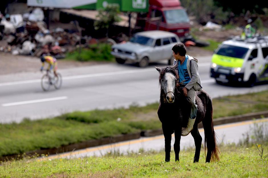 Este niño observa el paso de los ciclistas montado sobre su caballo, en el altiplano guatemalteco.(Foto: Diego Galiano/Nuestro Diario)