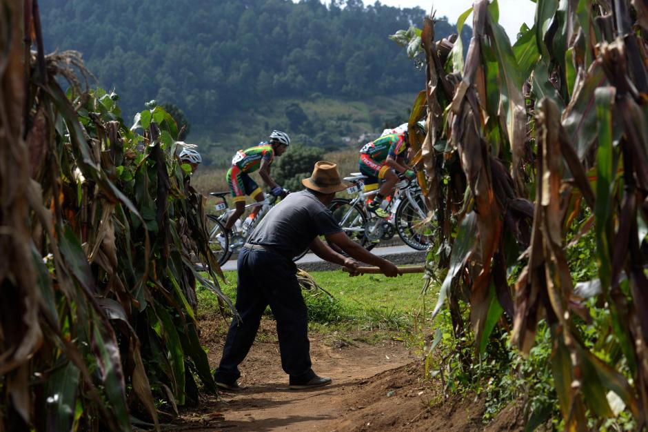 Un campesino trabaja la tierra en occidente, pero no pierde detalle del paso de los ciclistas sobre la carretera.(Foto: Diego Galiano/Nuestro Diario)