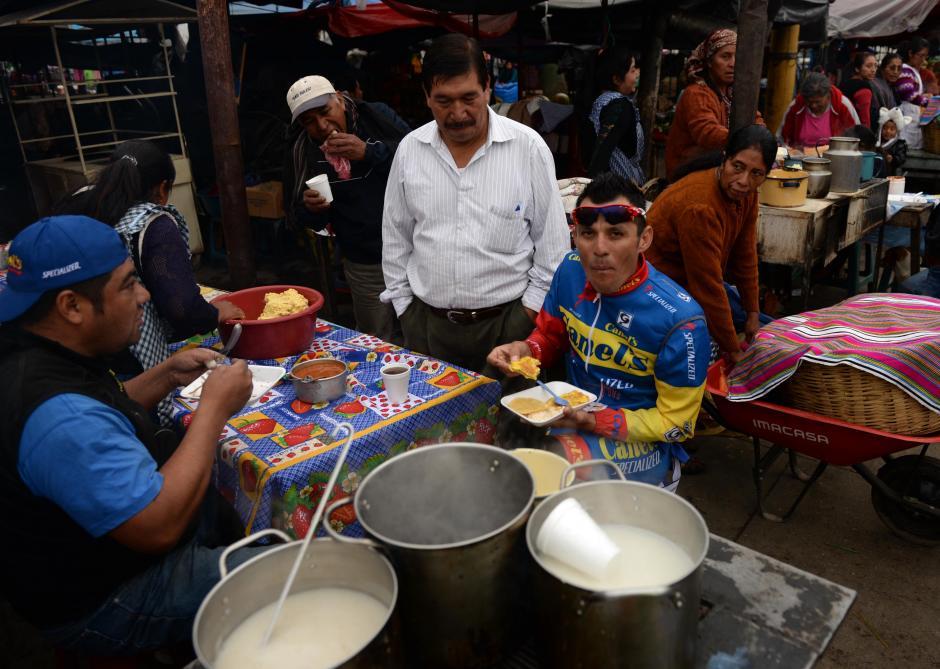 Suculento desayuno el de Francisco Colorado (del equipo Canels, de México). El pedalista comió en un comedor del mercado de San Juan Ostuncalco.(Foto: Diego Galiano/Nuestro Diario)