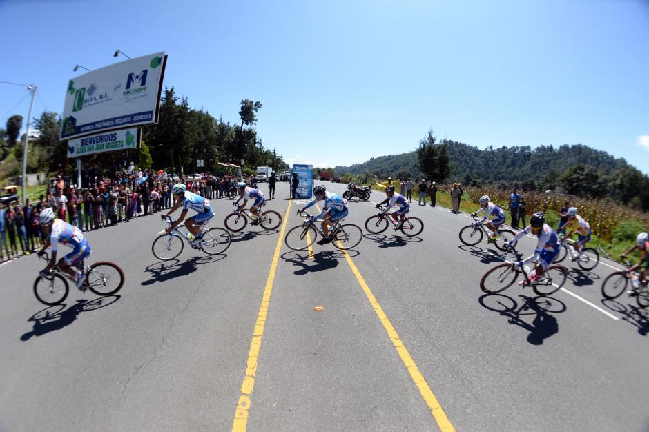 En uno de los retornos de la etapa fueron captados los pedalistas.(Foto: Diego Galiano/Nuestro Diario)