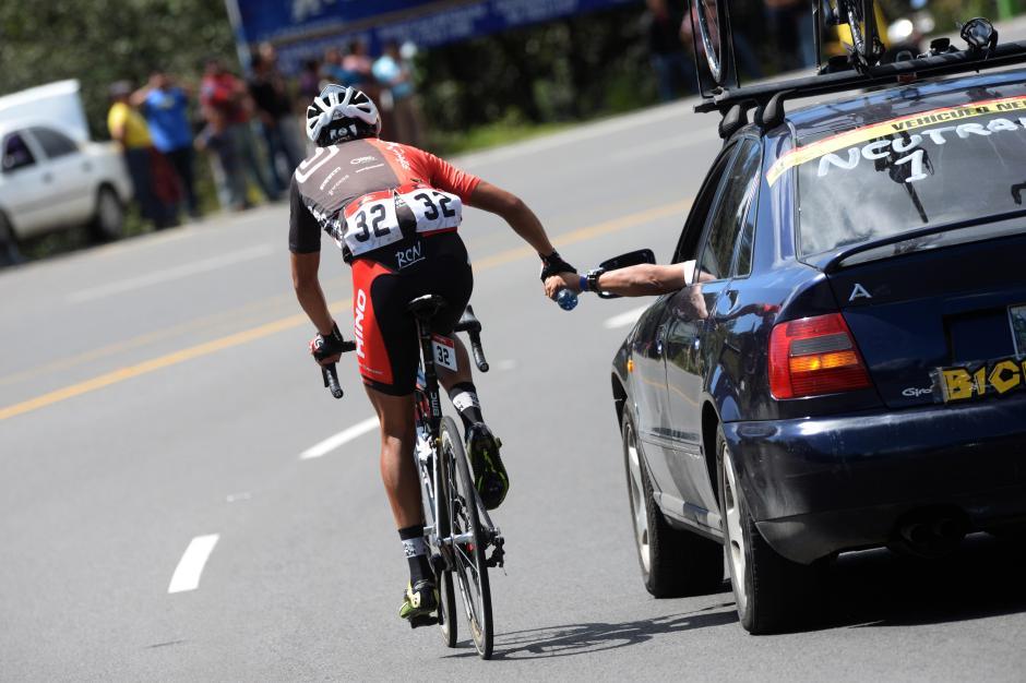 La asistencia e hidratación de los pedalistas es clave para terminar los recorridos con buen ritmo.(Foto: Diego Galiano/Nuestro Diario)