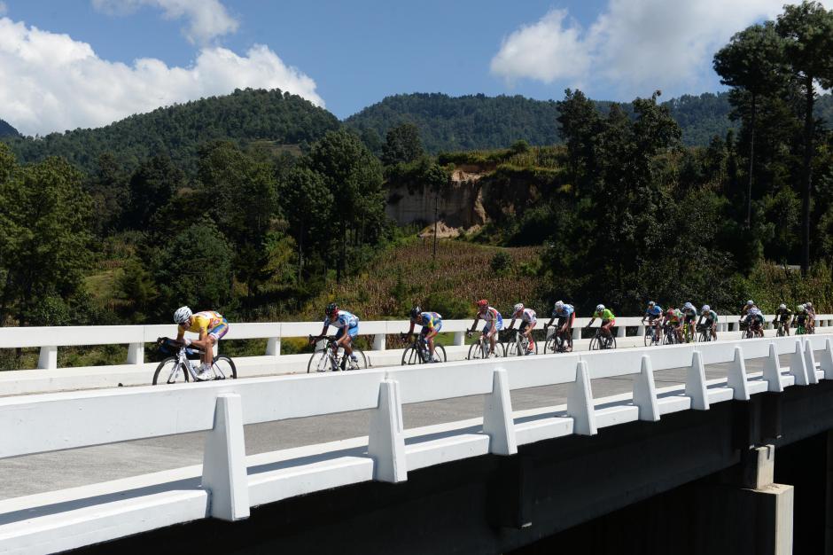 Al frente Manuel Rodas, quien partió como líder en la sexta etapa.(Foto: Diego Galiano/Nuestro Diario)
