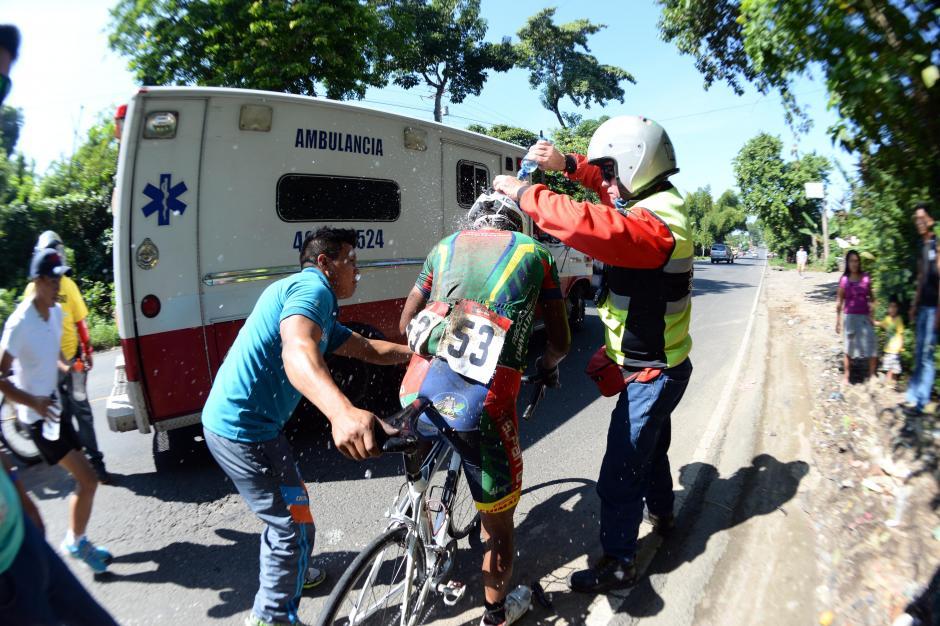 Solidaridad y coraje. Luego de su caída Adrián González se levantó con el apoyo de varios guatemaltecos y siguió en la competencia.(Foto: Diego Galiano/Nuestro Diario)