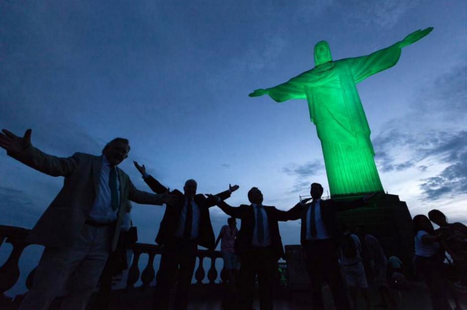 El Cristo Redentor en Río de Janeiro se iluminó de verde en señal del luto que vive Brasil. (Foto: Twitter)