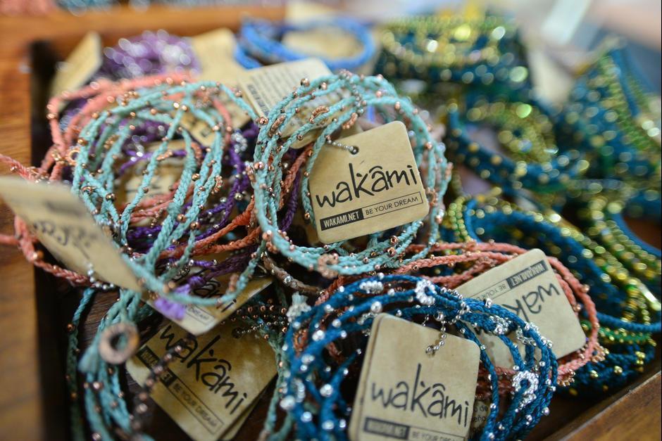 Wakami se especializa en la elaboración de pulseras con toques modernos y globales. (Foto: Wilder López/Soy502)