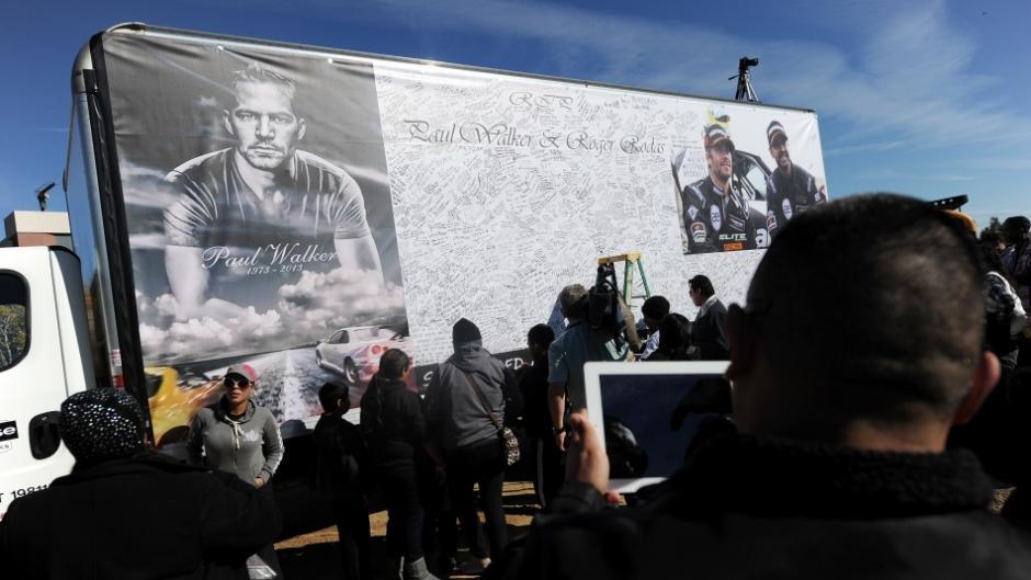 Los aficionados escribieron mensajes para honrar la memoria de Paul Walker y su amigo, Roger Rodas. (Foto: AFP)