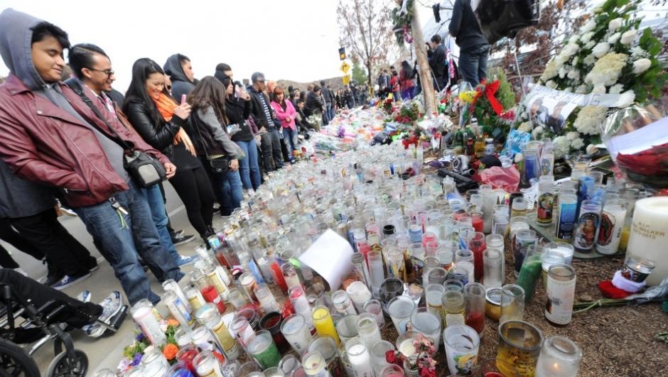 Los fans de Paul Walker también llegaron a colocar velas y ofrendas florales. El homenaje fue convocado espontáneamente por medio de redes sociales. (Foto: AFP).