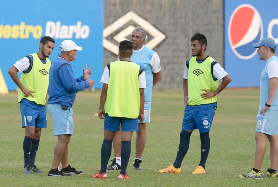 Claverí habla con sus jugadores en plena práctica. (Foto: Diego Galiano/Nuestro Diario)