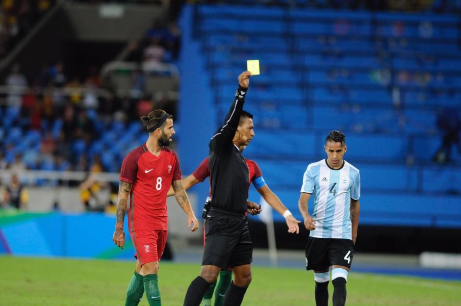 Walter López mostró temprano la primera tarjeta amarilla para los argentinos.  (Foto: Aldo Martínez/Soy502)