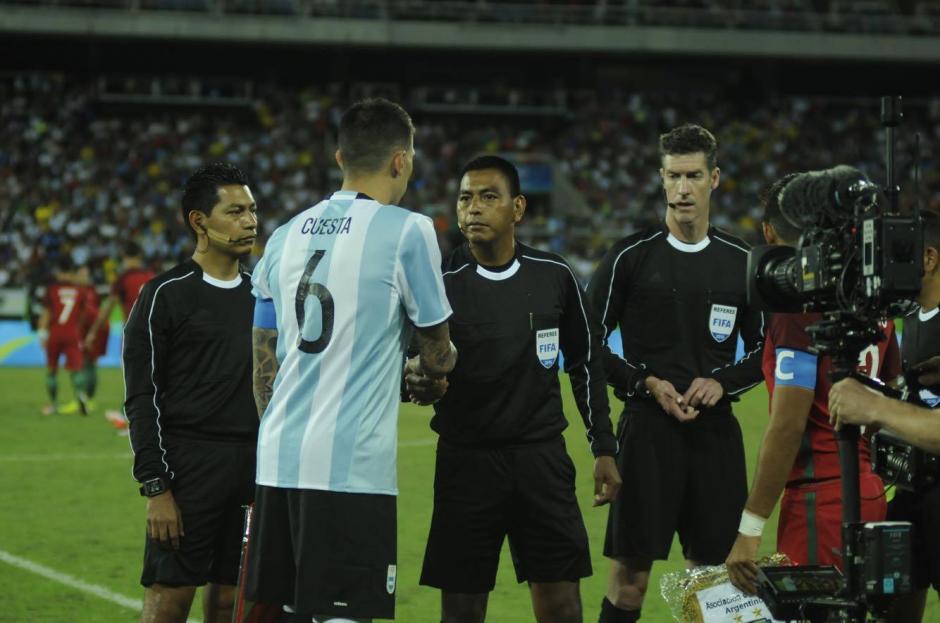 López saluda al capitán de Argentina antes de arrancar el partido.  (Foto: Aldo Martínez/Soy502)