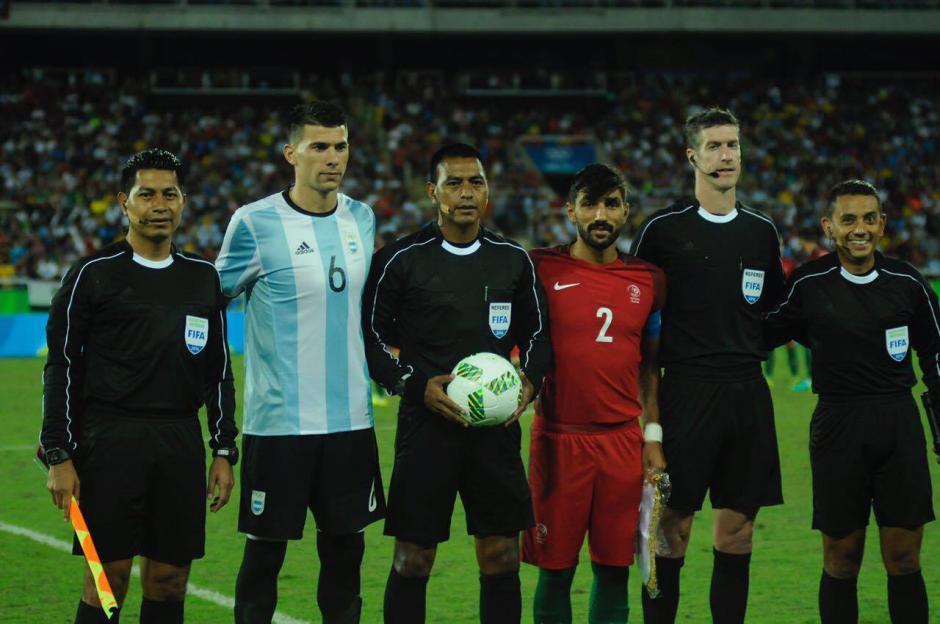 La foto del recuerdo de los hermanos López con los capitanes de Portugal y Argentina en Río 2016.  (Foto: Aldo Martínez/Soy502)