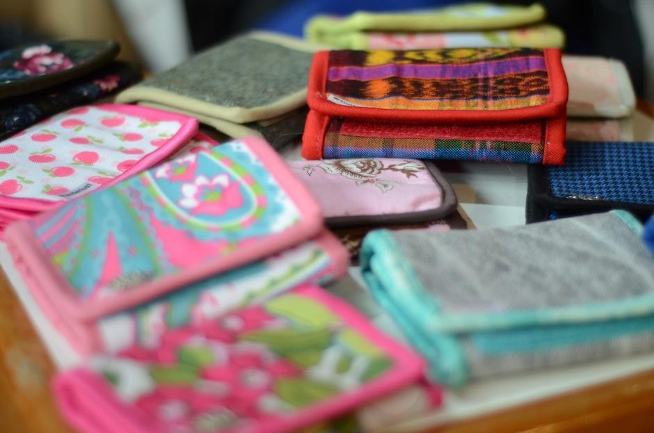 Billeteras típicas y con estampados divertidos son la novedad para la firma guatemalteca. (Foto: Esteban Biba/Soy502)