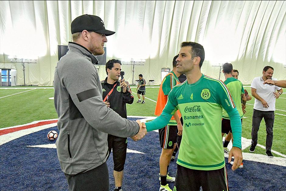 Rafa Marquez fue otro de los jugadores que se acercó a saludar a Watt. (Foto: Twitter)