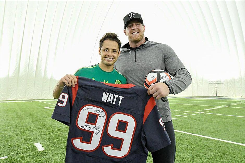 El Chicharito compartió en sus redes sociales la foto con el defensa de la NFL. (Foto: Twitter)