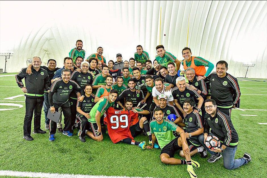 Toda la selección mexicana aprovecho para tomarse fotos con la estrella de la NFL. (Foto: Twitter)