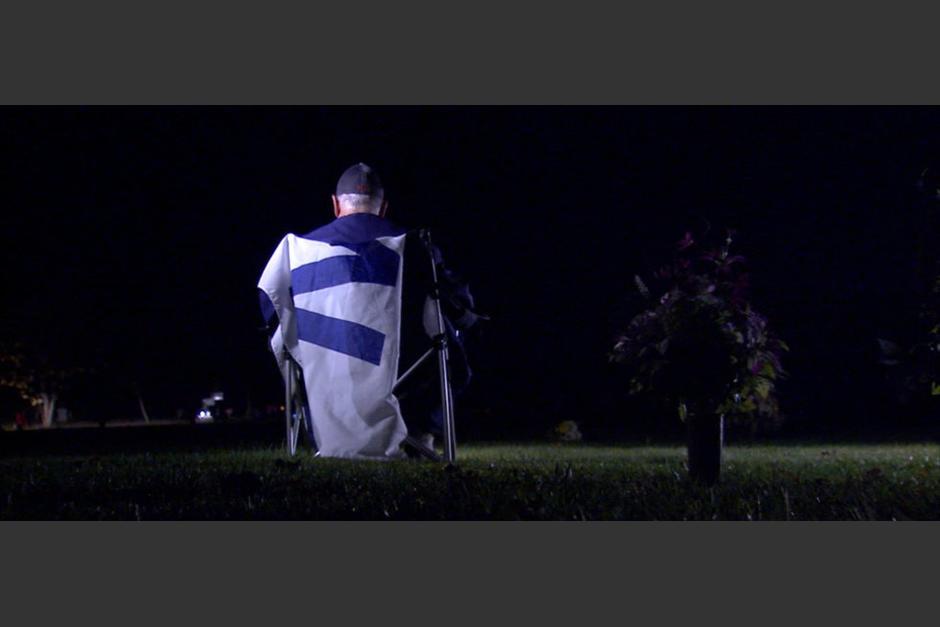 Aficionado de los Cubs comparte la Serie Mundial junto a la tumba de su padre. (Foto: Captura de video)