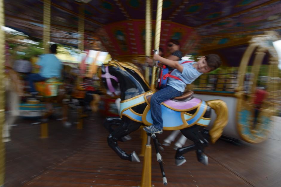 Un carrusel lleno de color y música espera a los visitantes. (Foto: Wilder López/Soy502)