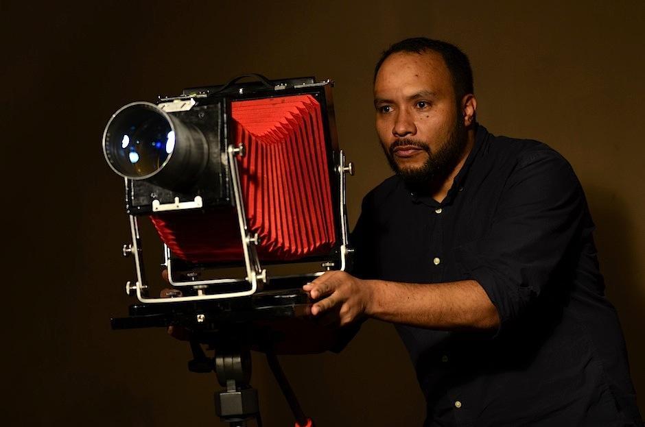 Jorge Luis encontró una cámara igual a la que usaban en la época. (Foto: Selene Mejía/Soy502)