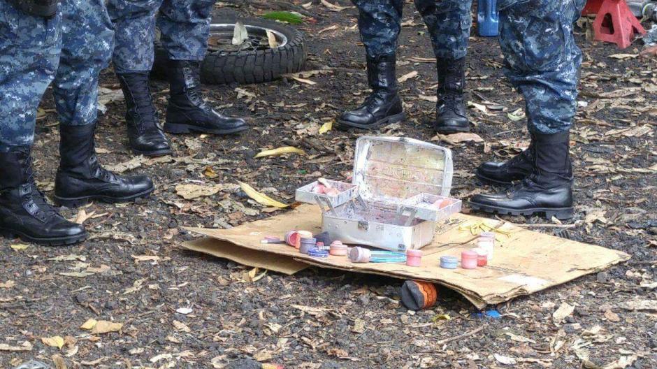 Vista de las pinturas, maquillaje y brochas localizados en el interior de la caja de metal que se pensó era un artefacto explosivo. (Foto: PNC)