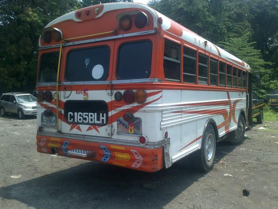 En este bus, quedó la caja de metal que se pensó podría ser un artefacto explosivo. (Foto: PNC)