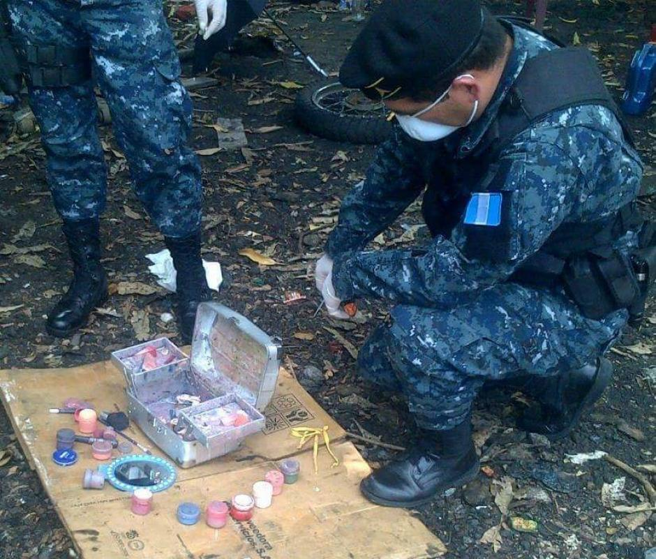 La unidad antiexplosivos de la PNC inspeccionó la caja de metal que resultó ser un estuche de maquillaje. (Foto: PNC)