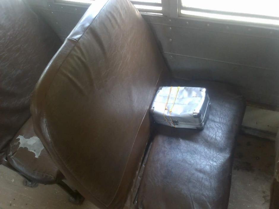 La caja fue abandonada en un asiento del bus con ruta a Amatitlán. (Foto: PNC)
