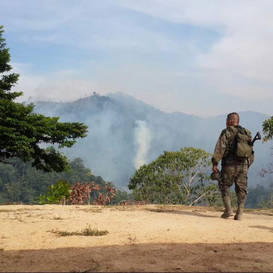 Cerca de 350 apagafuegos trabajan sin descanso para sofocar las llamas. (Foto: Conap)