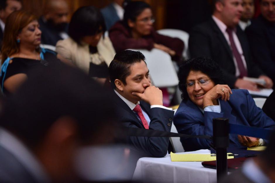 """Mario Cano, implicado también en el caso Cooptación del Estado, escucha a María Acevedo Peñate, conocida como """"La fiscal de hierro"""". (Foto: Jesús Alfonso/Soy502)"""