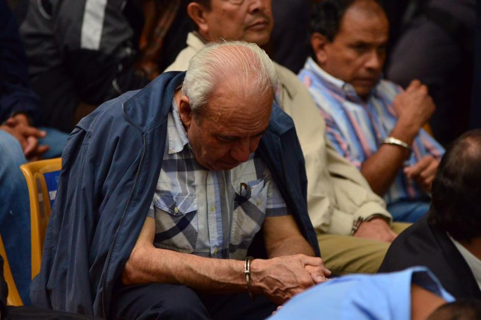 Tan solo han transcurrido dos días de audiencia, pero algunos ya se muestran cansados como este implicado. (Foto: Jesús Alfonso/Soy502)