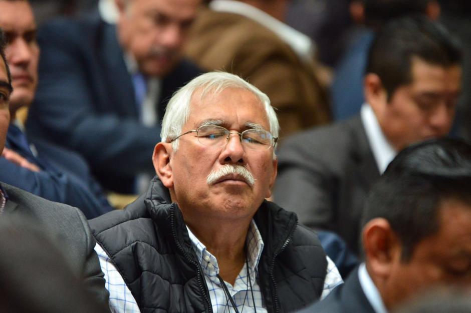 Edin Barrientos, miembro de la Junta Directiva de Banrural, cierra los ojos un momento durante la audiencia. (Foto: Jesús Alfonso/Soy502)
