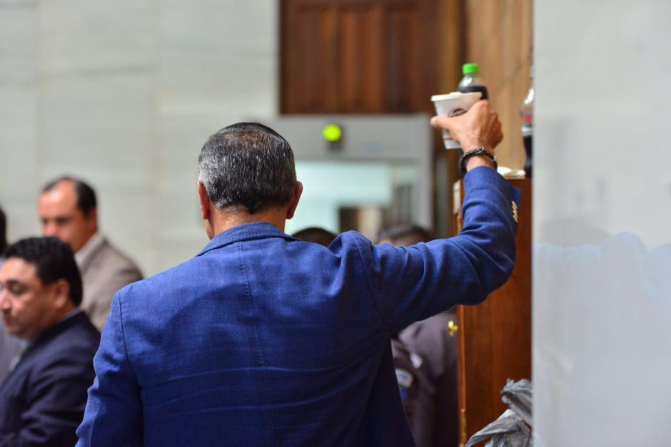 Durante el almuerzo, Juan de Dios Rodríguez, ex presidente del IGSS, come una sopa instantánea. (Foto: Jesús Alfonso/Soy502)