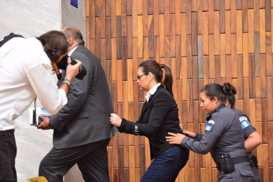 Al concluir la audiencia, la exvicemandataria Roxana Baldetti, es custodiada por varios agentes del Sistema Penitenciario. (Foto: Jesús Alfonso/Soy502)