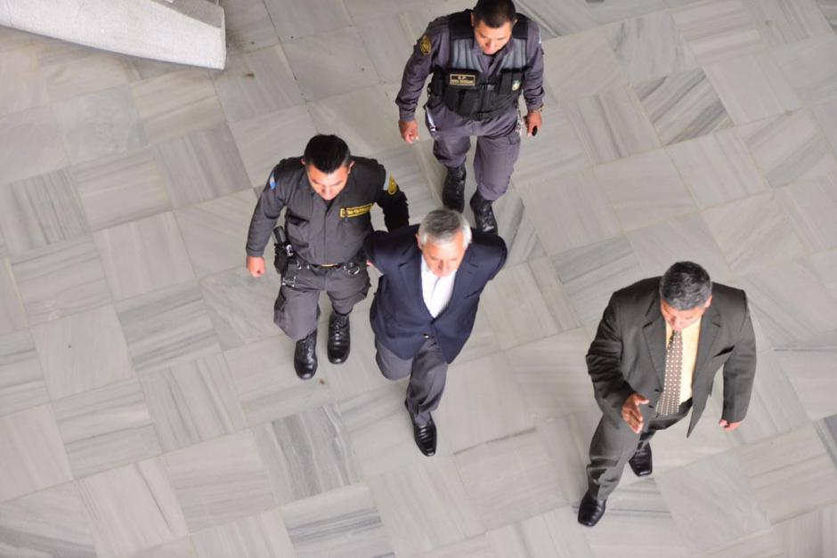 Otto Pérez Molina, es trasladado hacia la prisión de Mariscal Zavala, donde ha estado los últimos diez meses. (Foto: Jesús Alfonso/Soy502)