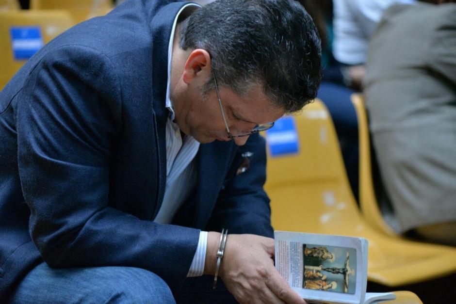 Uno de los implicados se concentra en una lectura religiosa. (Foto: Wilder López/Soy502)