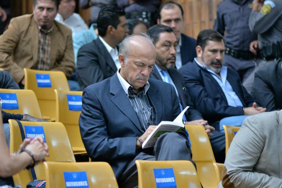 Mario Contreras Díaz, contador de Otto Pérez, lee un libro previo a la audiencia. (Foto: Wilder López/Soy502)