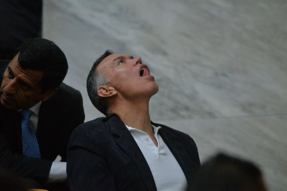 Juan de Dios Rodríguez, saca la lengua mientras mira hacia el techo de la sala de vistas. (Foto: Wilder López/Soy502)