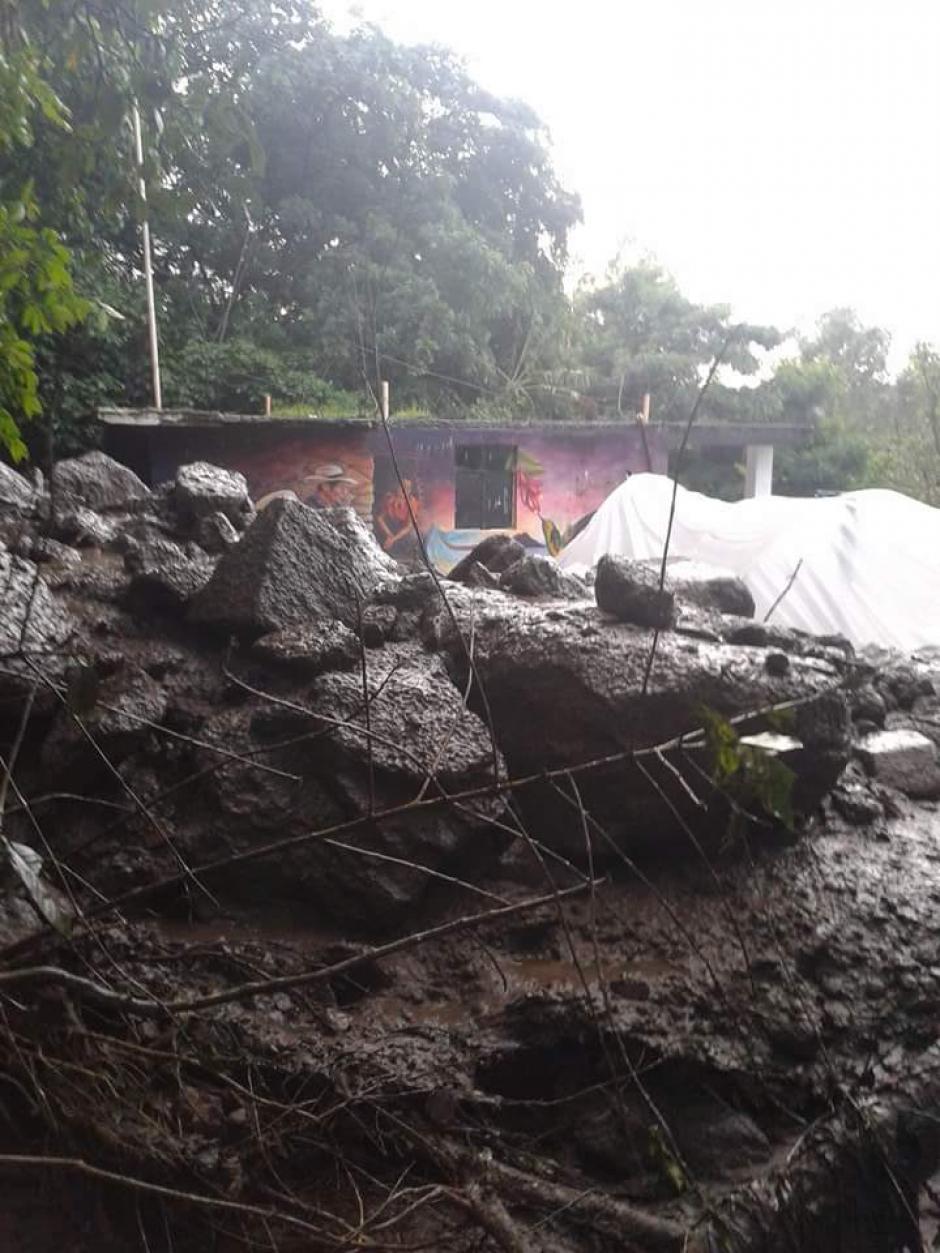 Rocas de gran tamaño cayeron en la comunidad de Santa Cruz La Laguna. (Foto: Conred)