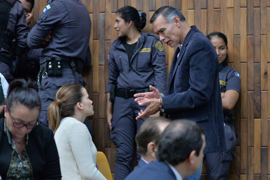Previo al inicio de la audiencia, Juan de Dios Rodríguez conversa con Daniela Beltranena. (Foto: Wilder López/Soy502)