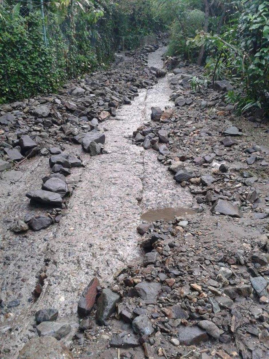 Piedras más pequeñas cubren los caminos de Tzununá. (Foto: Conred)