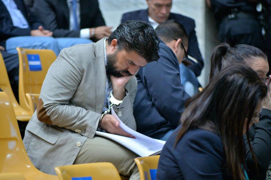 Jonathan Chévez, por aparte, lee documentos legales. (Foto: Wilder López/Soy502)