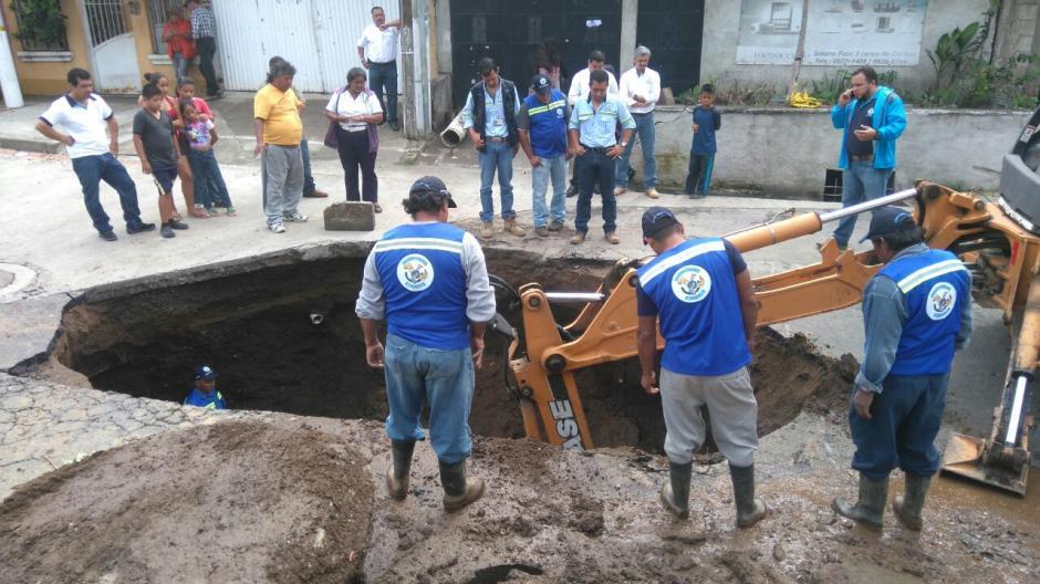 Maquinaria trabaja en el área, para dar una solución al incidente. (Foto: Gerson Gudiel/PMT Villa Nueva)