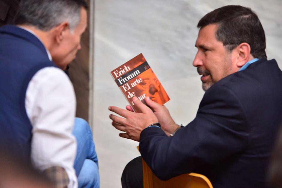 Anzueto deja la lectura y conversa con Juan de Dios Rodríguez. (Foto: Jesús Alfonso/Soy502)